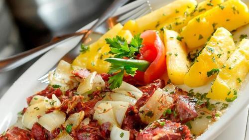 carne-seca-com-mandioca-flambada-na-cachaca-1473720971101_v2_900x506