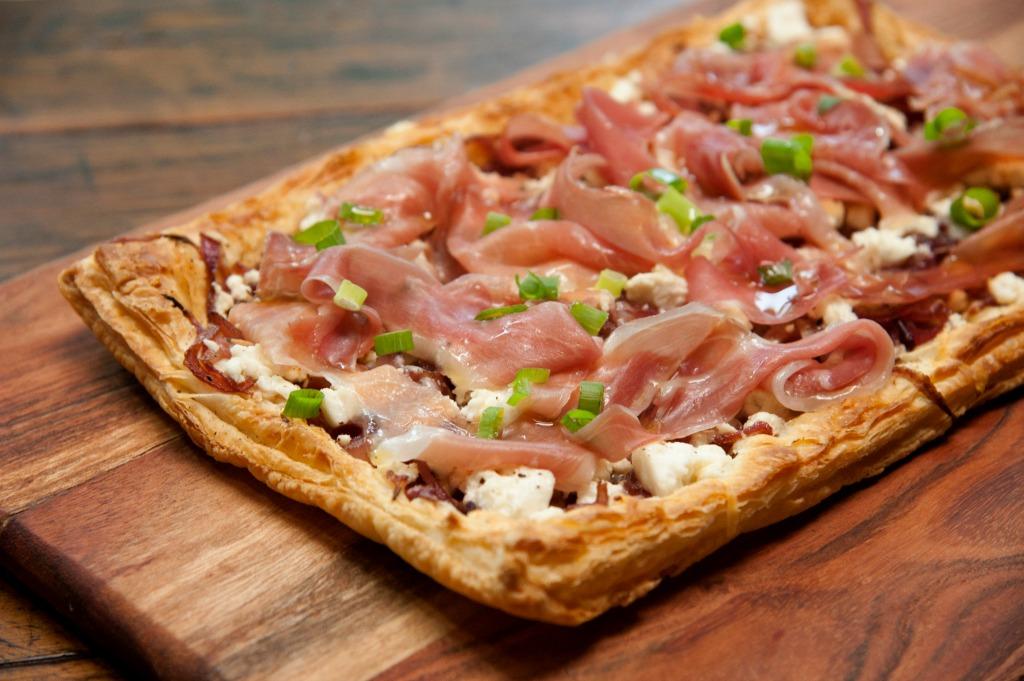 PGM_11_-__Pizza_de_Massa_Folhada_com_Queijo_Feta_Feta_e_Parma_1