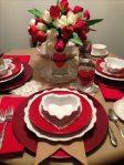 Decoração-dia-das-mães-com-pratinhos-em-forma-de-coração